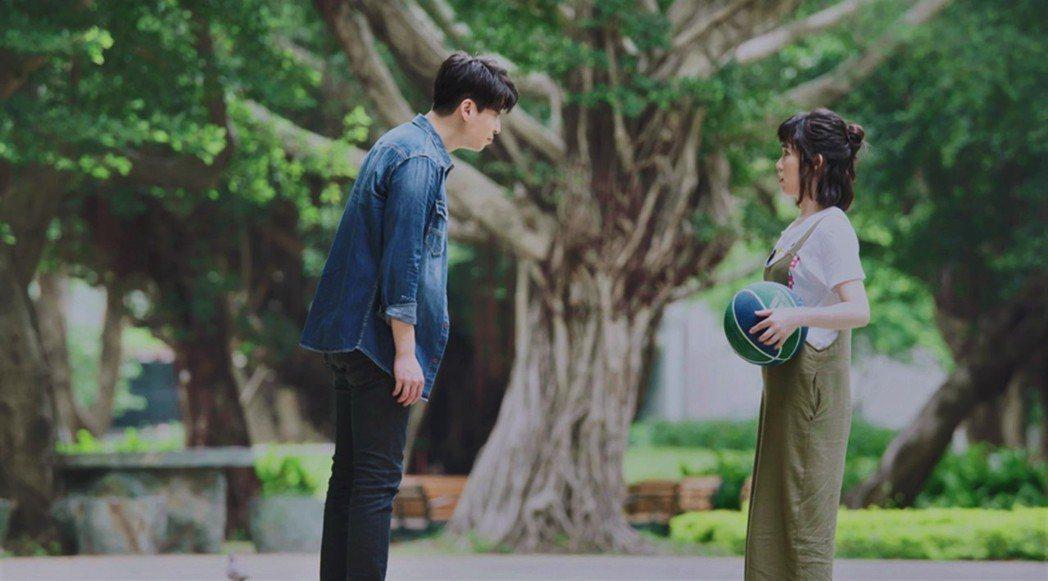 孫可芳(右)在「8號公園」戲中對於「前男友」侯彥西的死纏爛打不耐煩。圖/公視提供