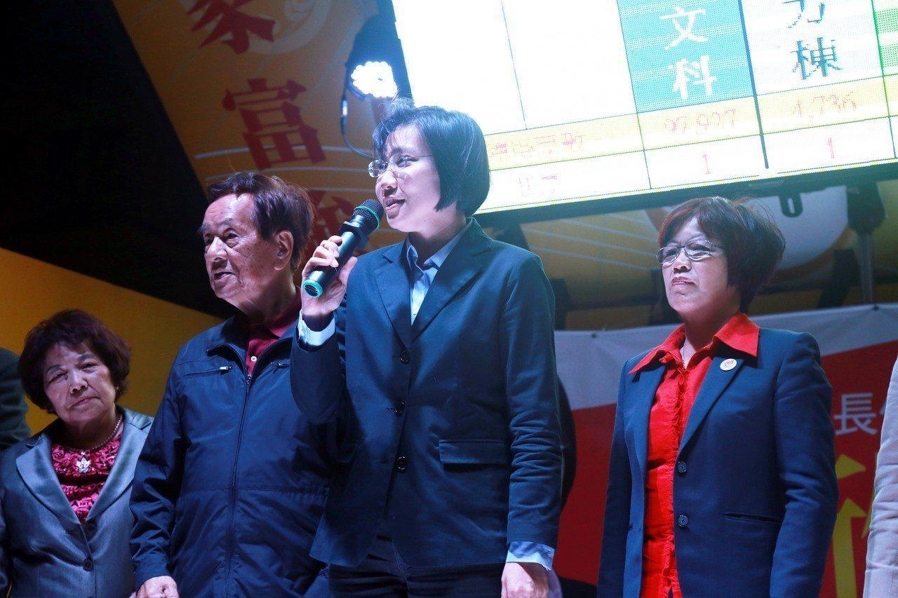 徐欣瑩(右二)深深向支持者感謝。記者郭宣彣/攝影