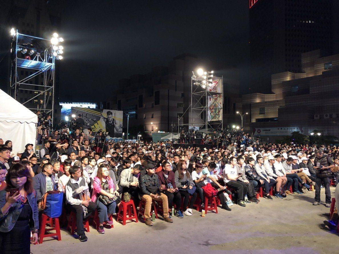 台北市三合一選舉陸續開票,市長柯文哲和國民黨候選人丁守中票數陷入膠著,也讓支持者...