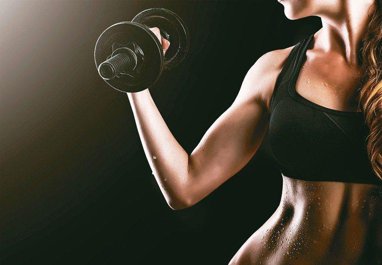 透過重量訓練確實能促進肌肉量增加,但要達到減脂目的,必須透過少吃以及增加有氧運動...