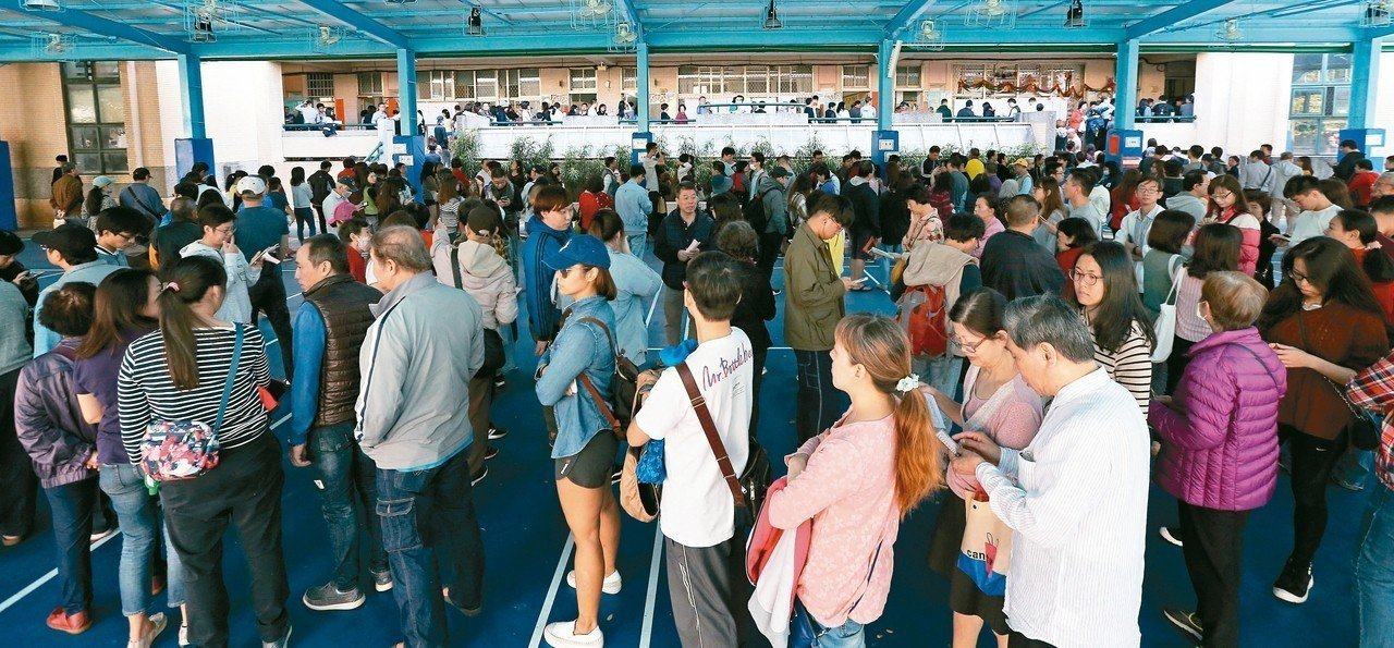 九合一選舉昨天登場,新北市永和國小投票所湧入大量人潮。 記者侯永全/攝影