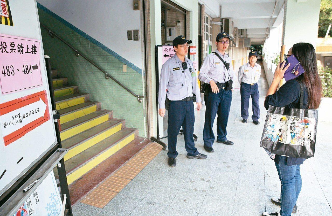 昨天下午四點投票截止時,各投票所仍大排長龍。員警守在入口擋住錯過的民眾。 記者曾...