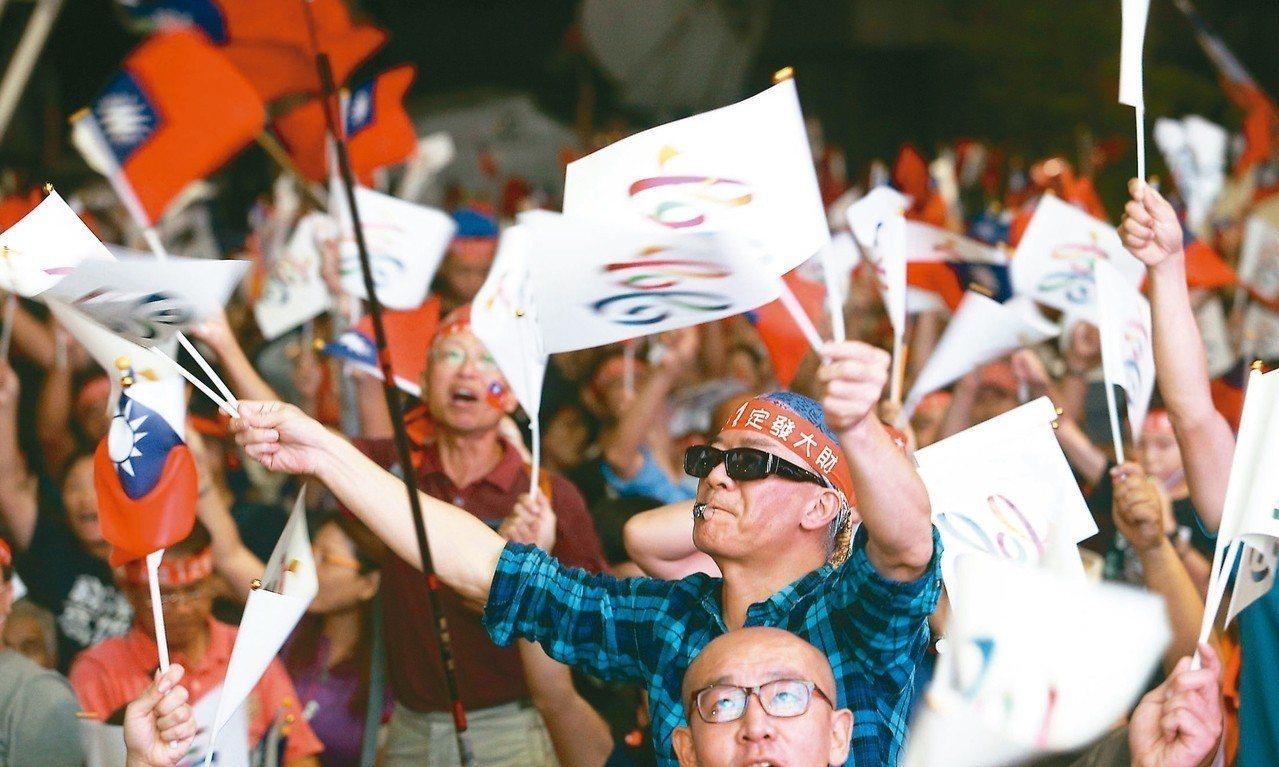 昨晚五萬名韓粉聚集國民黨高雄市黨部,不斷揮舞國旗和高雄市旗,大喊「成功翻轉高雄」...