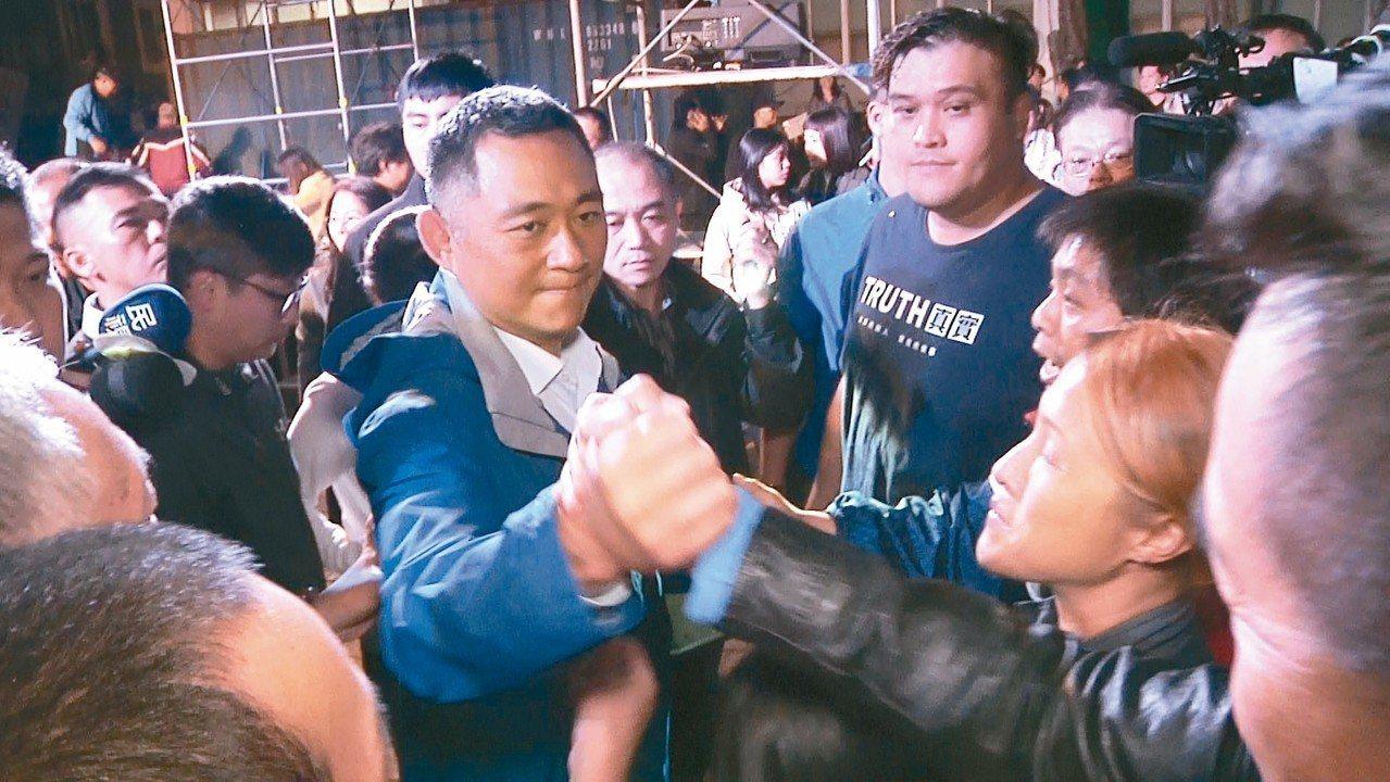金門縣長當選人楊鎮浯(中)昨晚接受支持者歡呼。 記者蔡家蓁/攝影