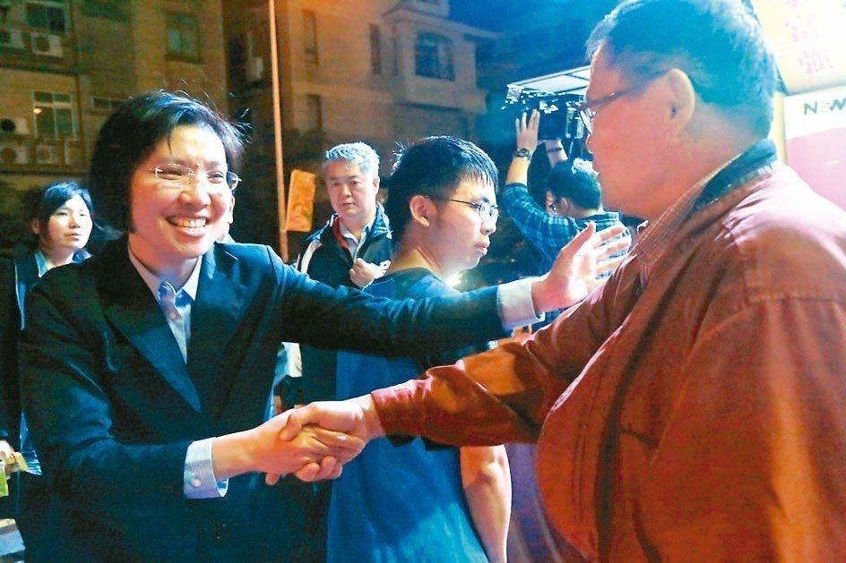 徐欣瑩(左)感謝支持者陪她到最後一刻。 記者郭宣彣/攝影