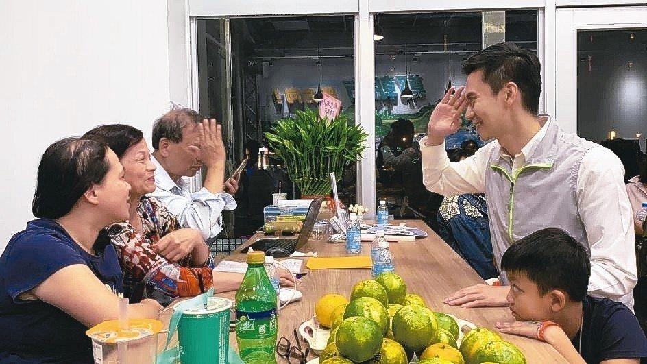 鄭朝方(右)到競選總部先向支持者道謝,並安慰失落的支持者。 記者陳斯穎/攝影