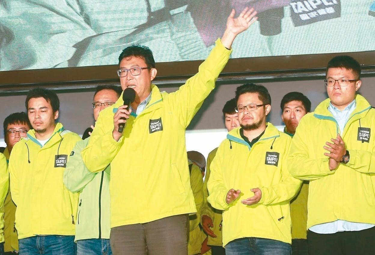 民進黨台北市長候選人姚文智(前中),昨晚宣布敗選,揮手道別。 記者黃義書/攝影