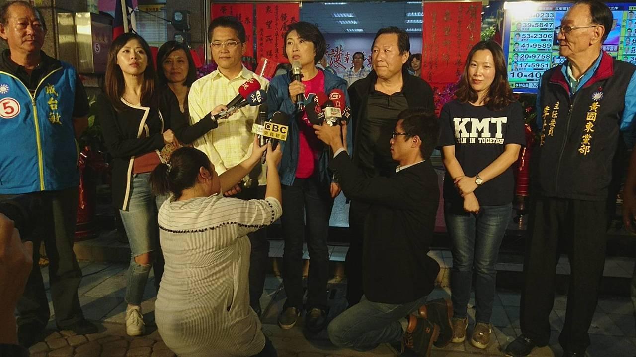 饒慶鈴(右四)今天晚上7點自行宣布當選台東縣長。 記者羅紹平/攝影