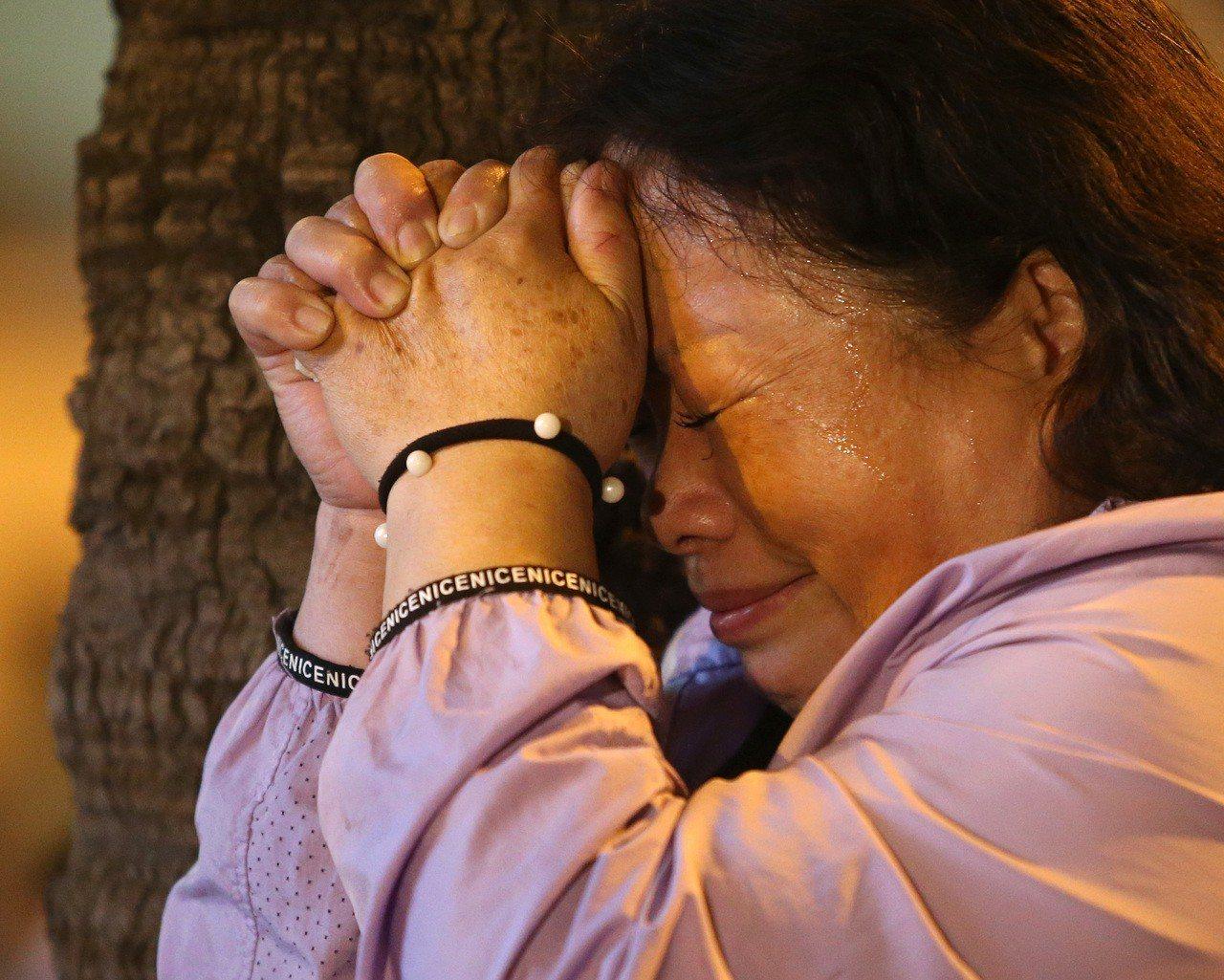 陳其邁敗選,支持者難過哭泣。 記者林澔一/攝影