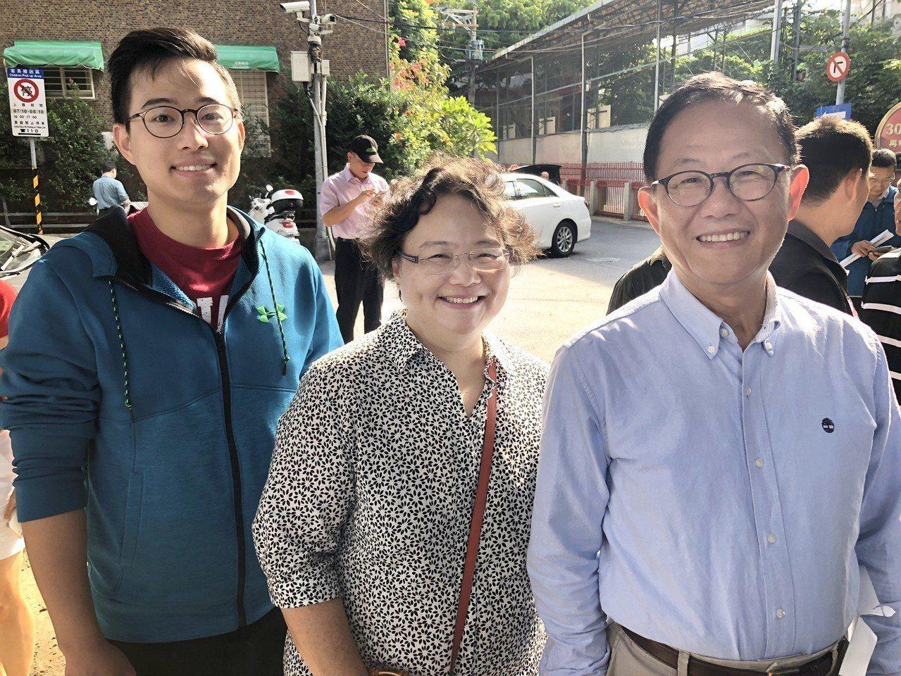 國民黨台北市長候選人丁守中(右起)與妻子溫子苓、二兒子丁世豪昨天一起投票。 記者...