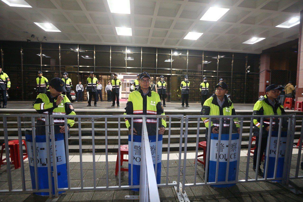 丁守中律師準備到台北地院提前當選無效之訴,凌晨兩點半北院部署警力戒備。記者陳易辰...