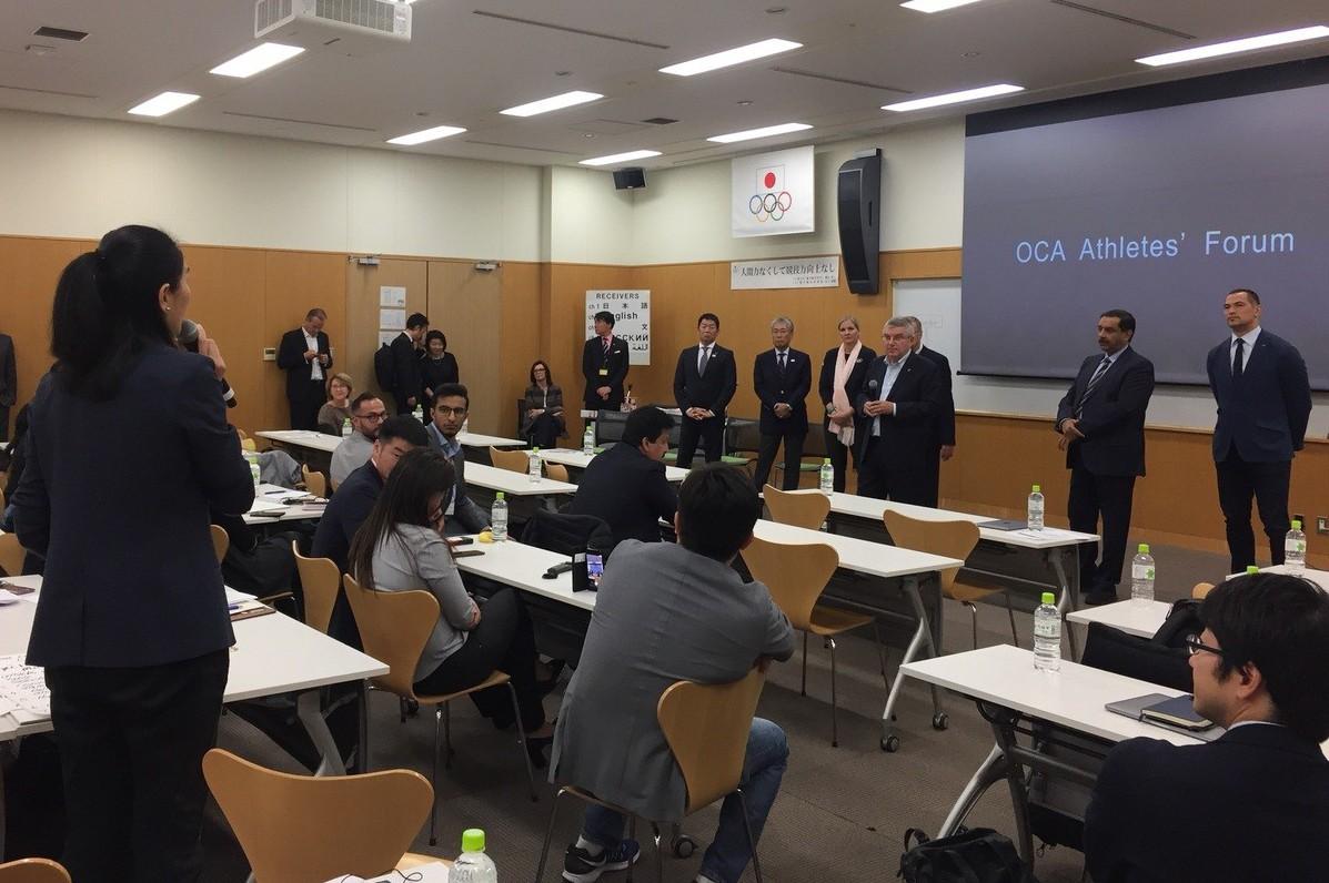 前跆拳道國手陳怡安(左)在論壇上跟國際奧會主席巴赫(右三)分享這次正名公投的結果...