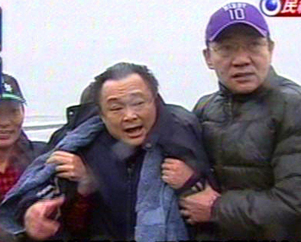 王世堅2008年「跳海」後,被水上摩托車拖上岸,由於天氣濕冷,王世堅直發抖,他上...