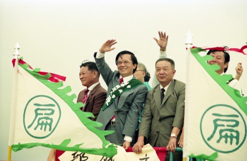 1989年10月14日,台北市立委候選人陳水扁為慶祝成立競選總部,於北市東區街頭...