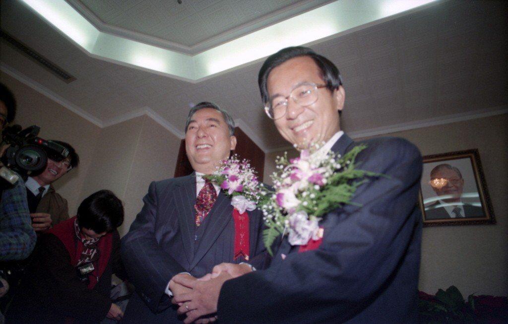 1994年12月25日,台北、高雄新任市長宣誓就職,圖為前台北市長黃大洲(左)、...