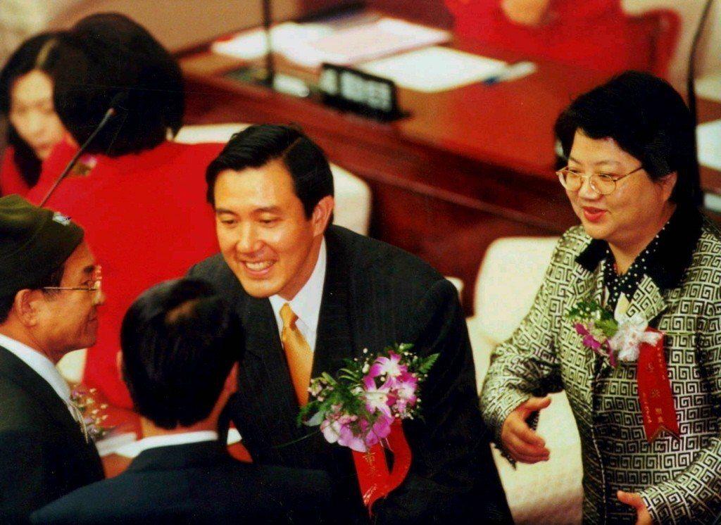 1998年12月25日,新任台北市長馬英九(中)在國民黨議長人選吳碧珠的陪同下,...