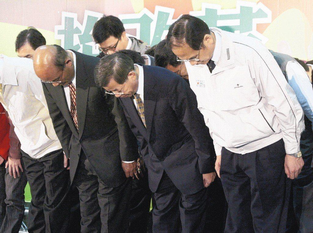 2005年12月4日,縣市長選舉挫敗,民進黨黨主席蘇貞昌(左起)、行政院長謝長廷...