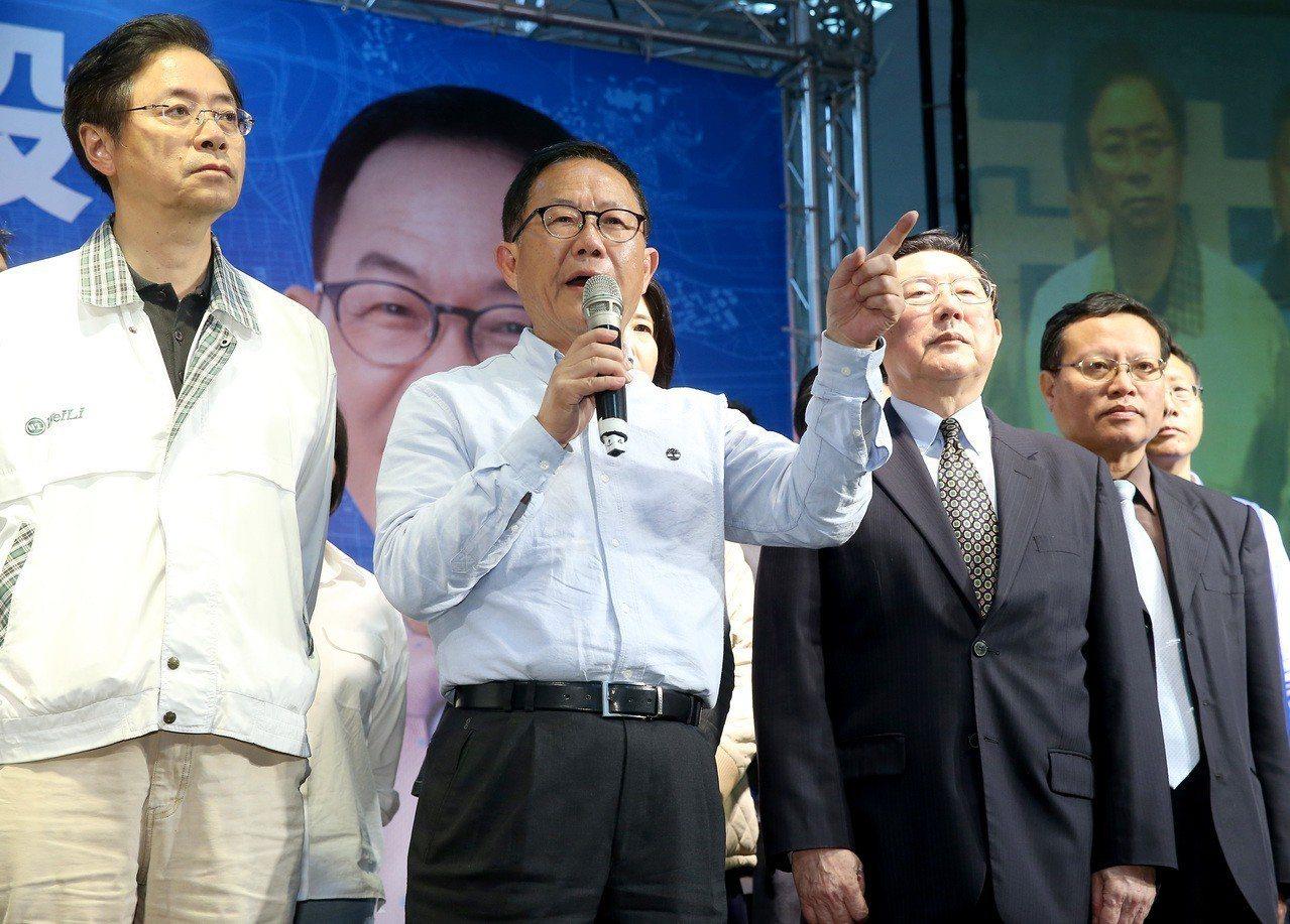 國民黨台北市長候選人丁守中(左二)以些微票數之差落選,他痛批這場選舉從投票到開票...