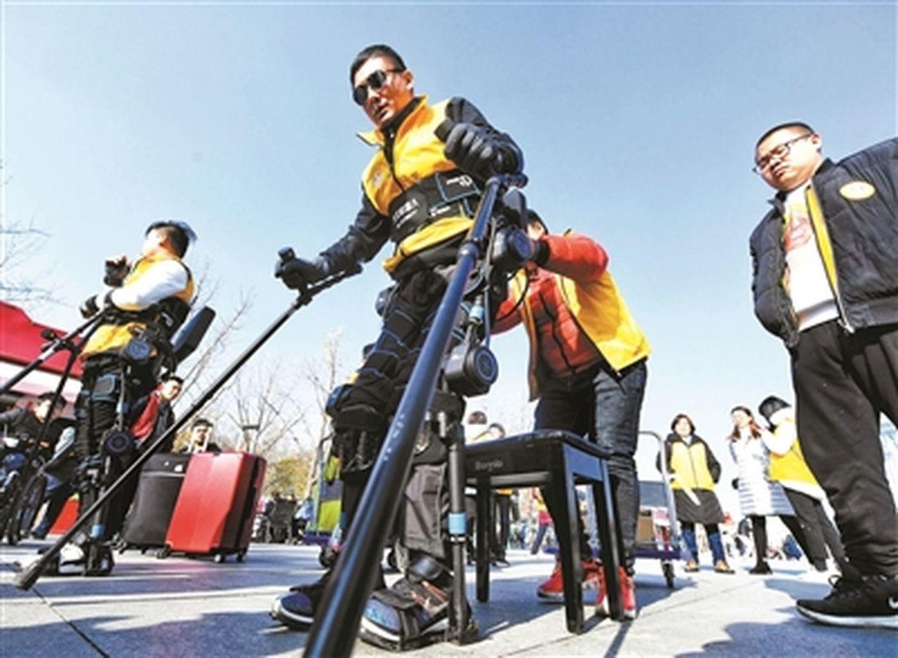 截癱殘疾人穿戴機器人挑戰馬拉松。 蘇妍鳳/翻攝