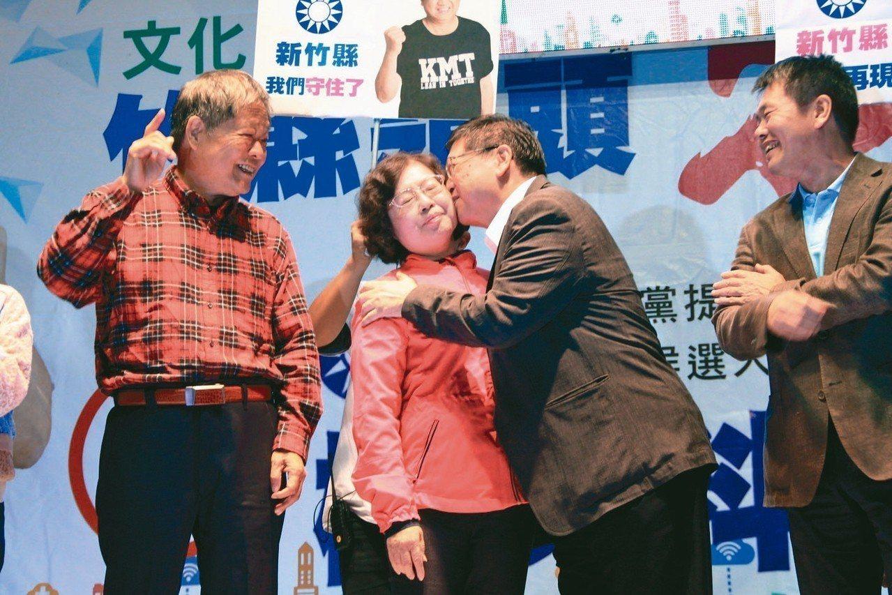 國民黨籍楊文科(右二)當選新竹縣長,感謝這段時間家人的辛苦,隨後親吻妻子甘秀美。...