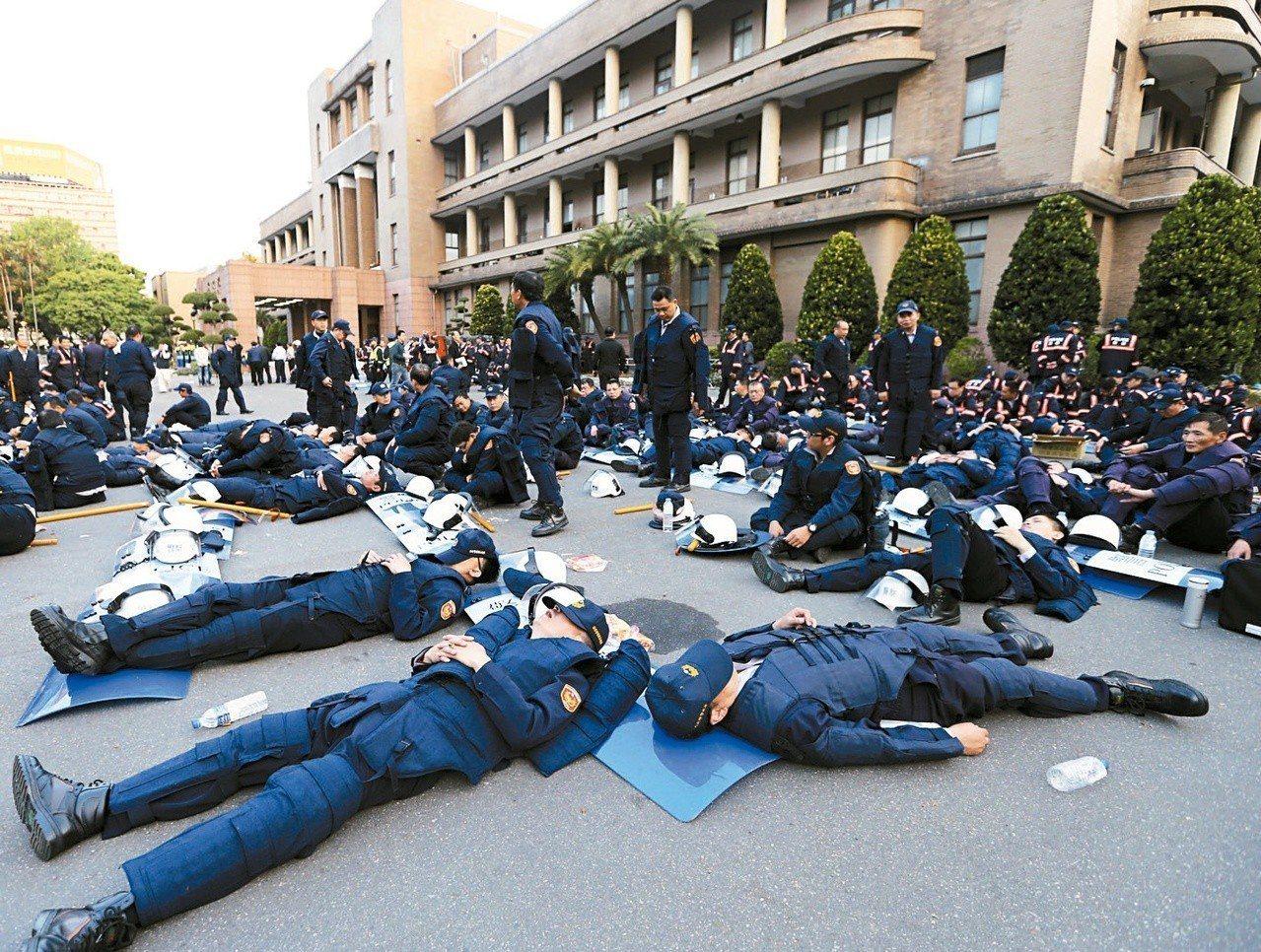 警方與佔領行政院的反服貿學生,一夜激戰,天亮了,警察也累翻了。 圖/聯合報系資料...