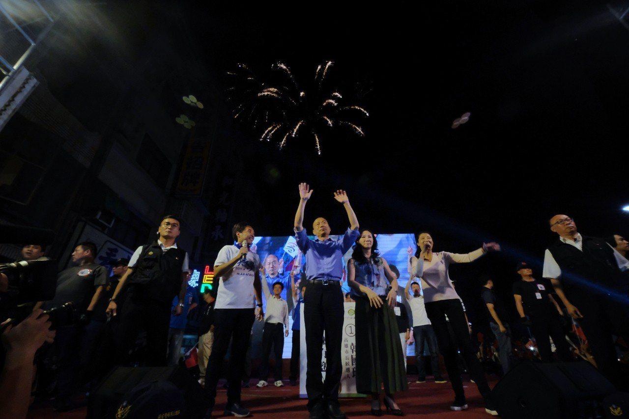 國民黨高雄市長候選人韓國瑜(前中)自行宣布當選。圖/中央社