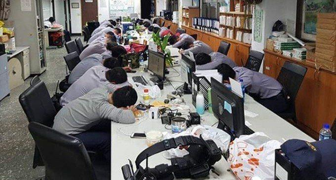 一名網友在爆廢公社貼出員警昨天凌晨忙完選舉後,回到警局累癱睡成一片的照片。 圖/...