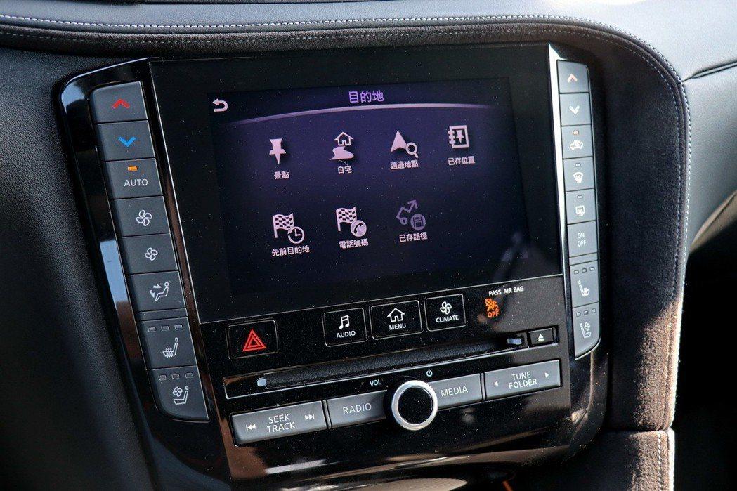 中控台配備與Q50及Q60相同的InTouch雙螢幕主控台,上方為導航專用的螢幕...
