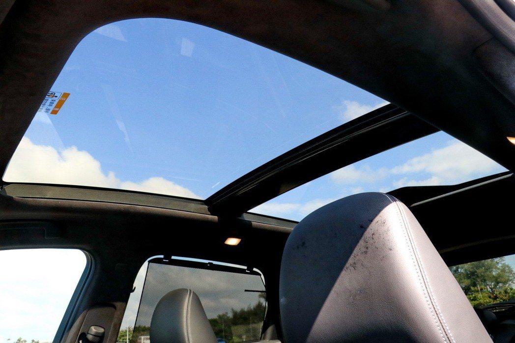 全景天窗提供後座良好視野。 記者陳威任/攝影