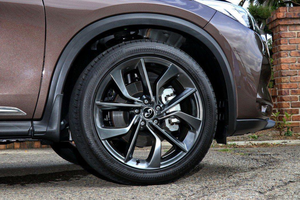 20吋鋁圈搭配失壓續跑胎。 記者陳威任/攝影