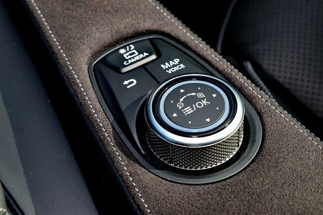 透過整合式的旋鈕操作介面,藉此控制中控螢幕。 記者陳威任/攝影