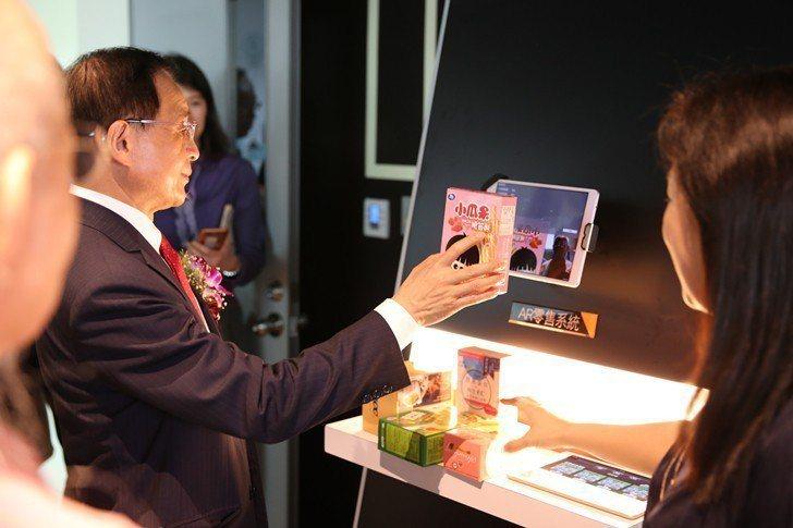 商研院董事長許添財親自試用AR零售系統。 曹佳榮/攝影