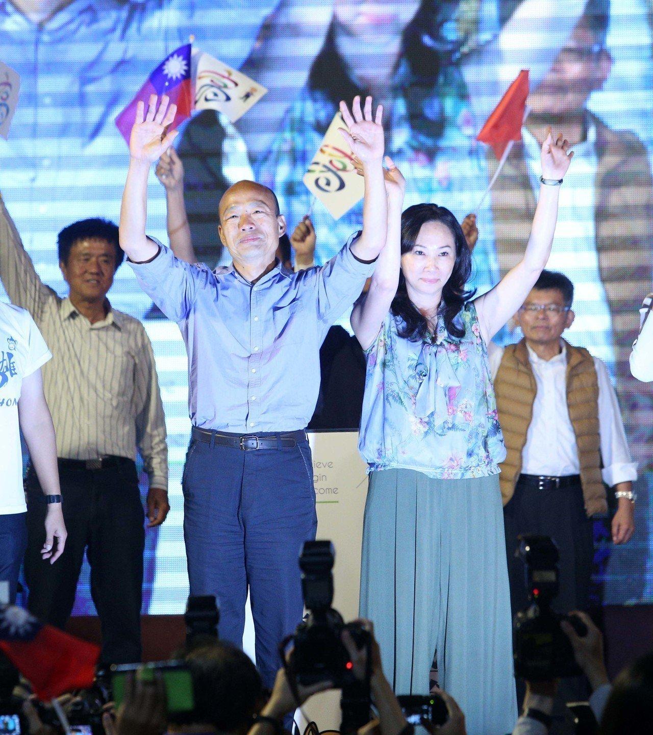 韓國瑜(左)與妻子李佳芬(右)。記者劉學聖/攝影