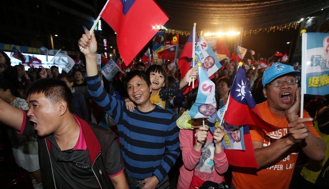 國民黨新北市長候選人侯友宜在贏得新北市長寶座後,支持者瘋狂高喊慶祝。記者杜建重/...