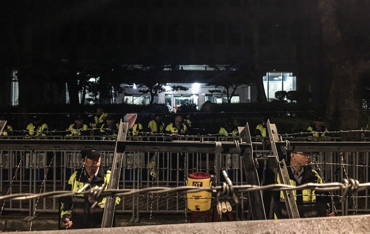 警方為防止衝突,已於中選會外架設拒馬,並於凌晨3時加派警力駐守。記者李隆揆/攝影