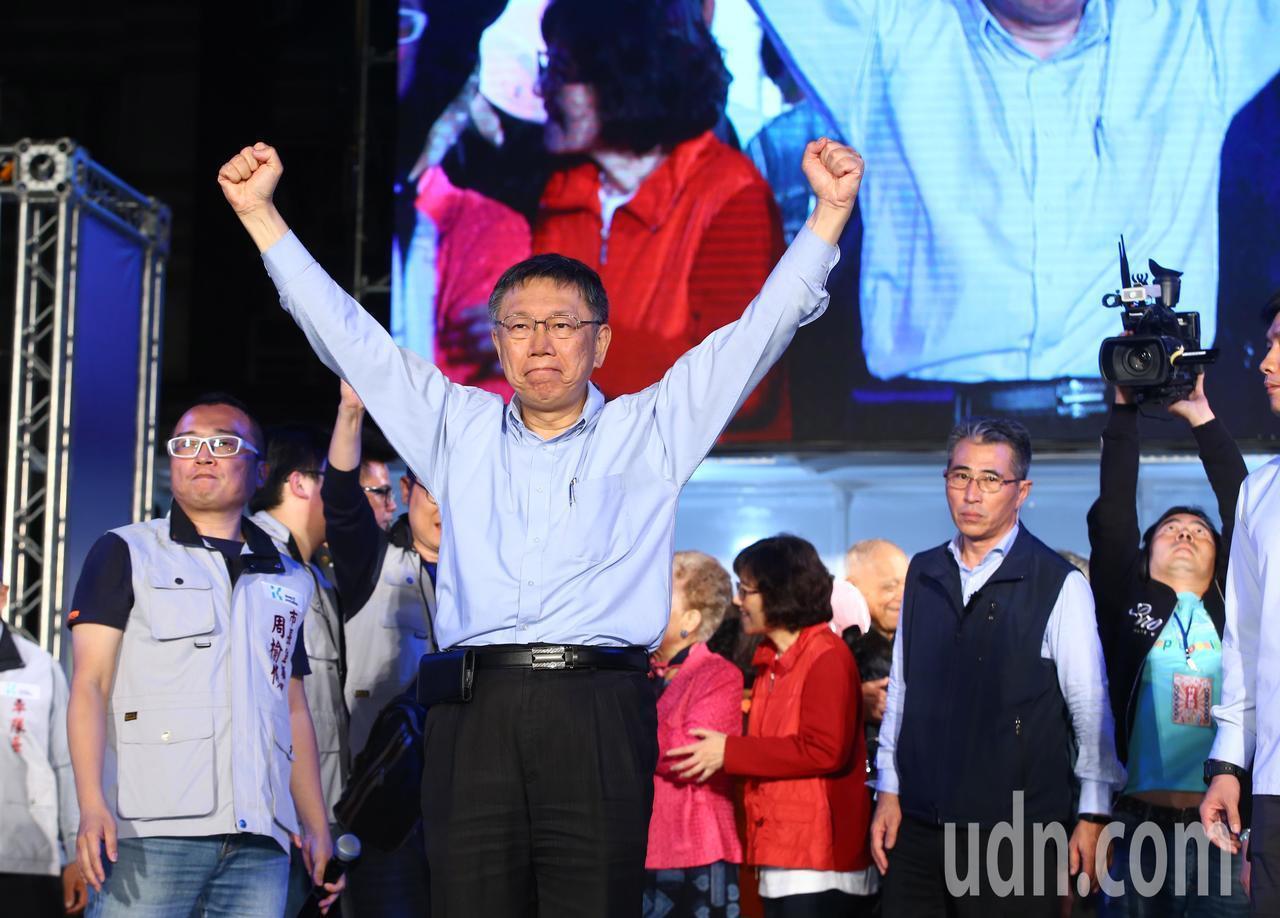 台北市長候選人柯文哲在凌晨2時許宣布勝選,向支持者發表談話,振臂高揮。記者陳柏亨...