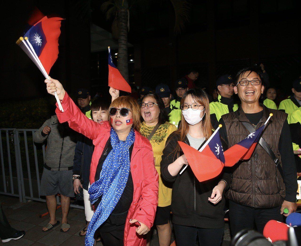 國民黨台北市長候選人丁守中凌晨到台北地方法院提出選舉無效之訴,支持者在法院外聲援...