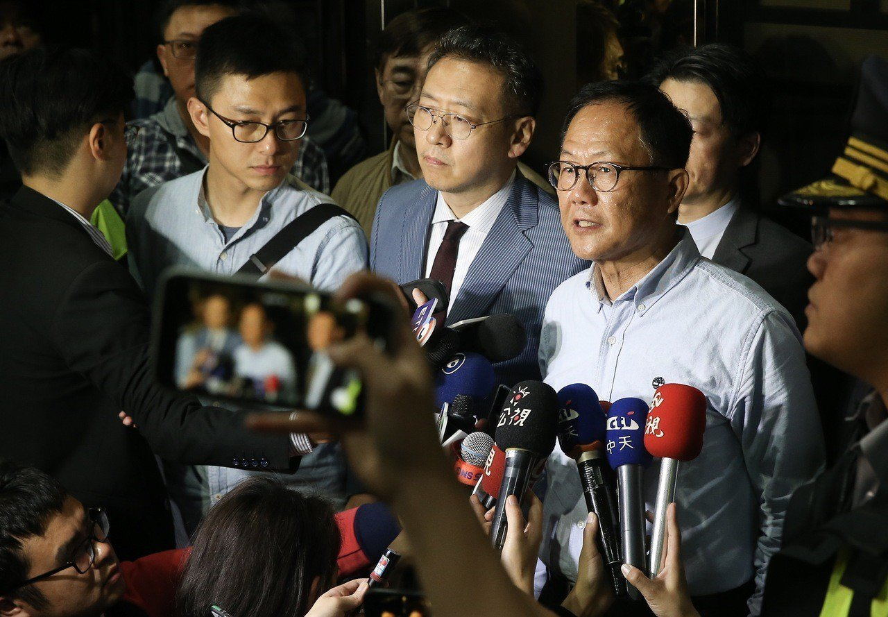 國民黨台北市長候選人丁守中(右一)凌晨到台北地方法院提出選舉無效之訴。記者余承翰...