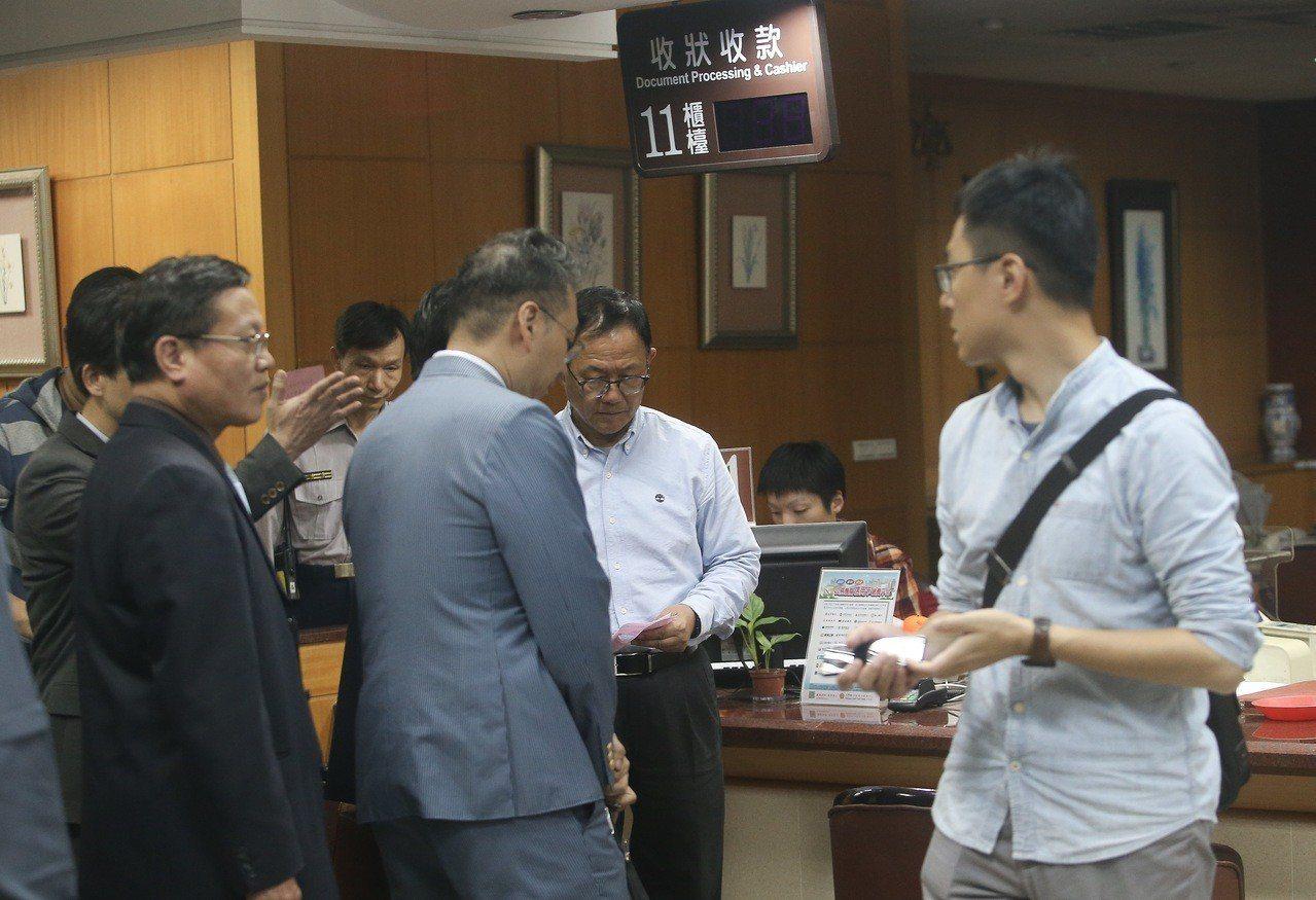 國民黨台北市長候選人丁守中(右二)凌晨到台北地方法院提出選舉無效之訴。記者余承翰...