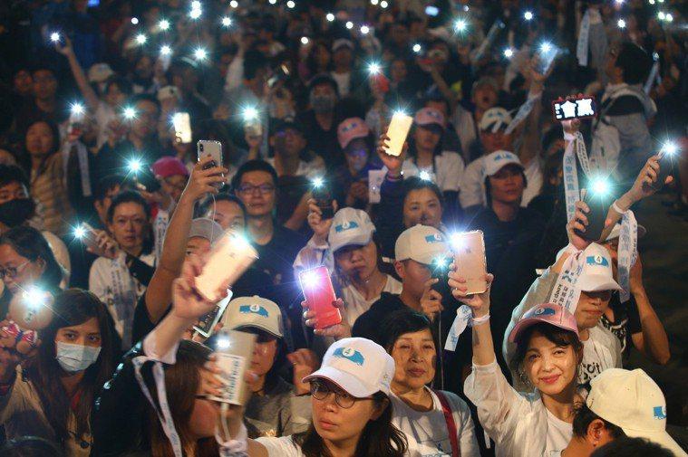 台北市長柯文哲在四四南村旁停車場舉行「市民覺醒」之夜,在台北市選委會開票確定後,...