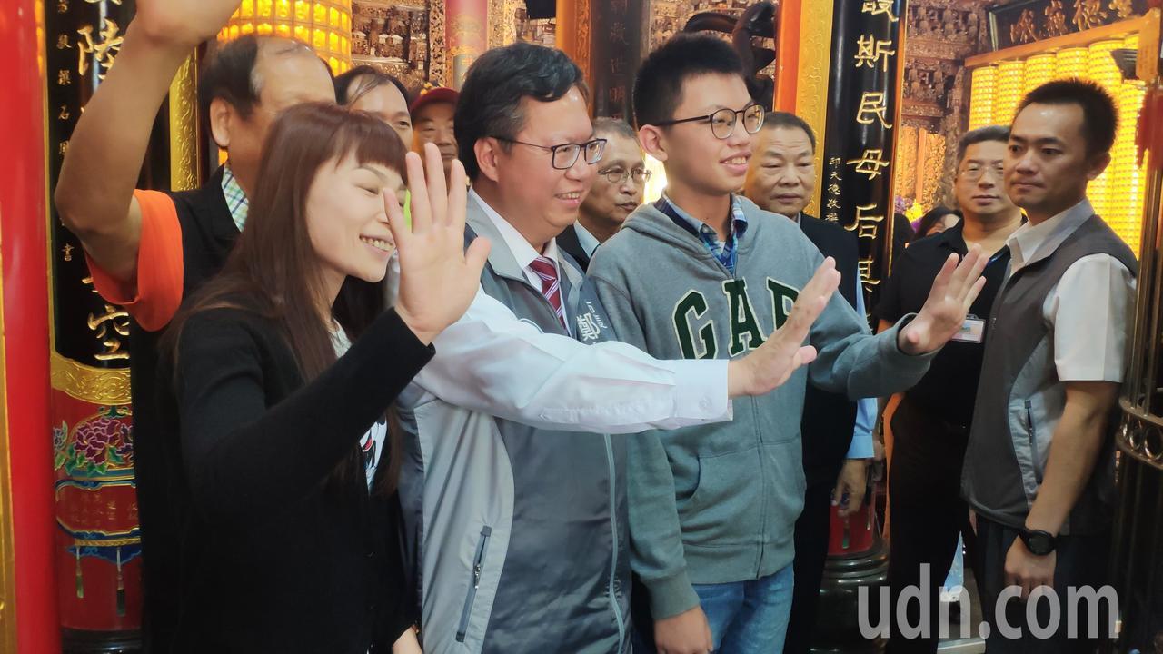 民進黨籍桃園市長鄭文燦(左2)順利連任,許多支持者搶著與他合照。記者李京昇/攝影