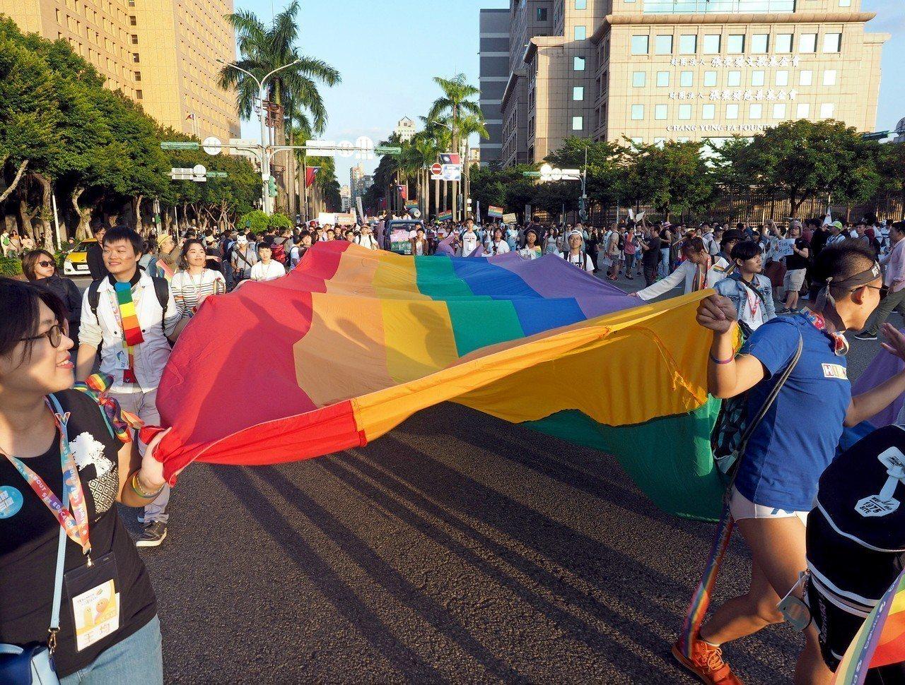 台灣24日舉辦公投,婚姻應限定在一男一女結合的提案過關,衝擊台灣做為亞洲地區同志...