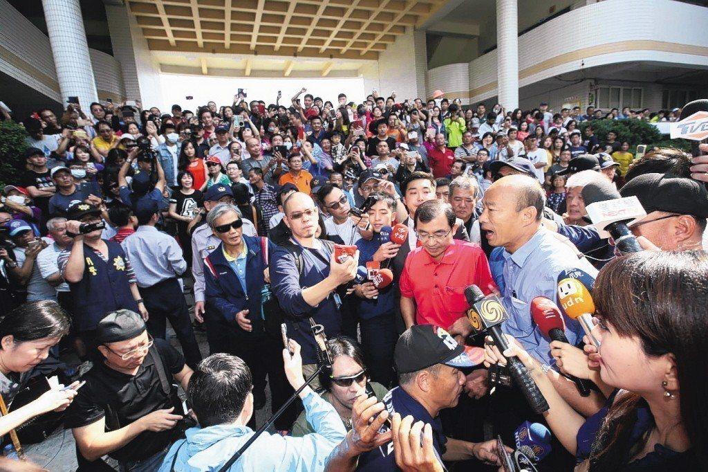 韓國瑜「空戰」奏效,成功擊敗對手陳其邁當選高雄市長。學者表示,在結果出來前大家仍...