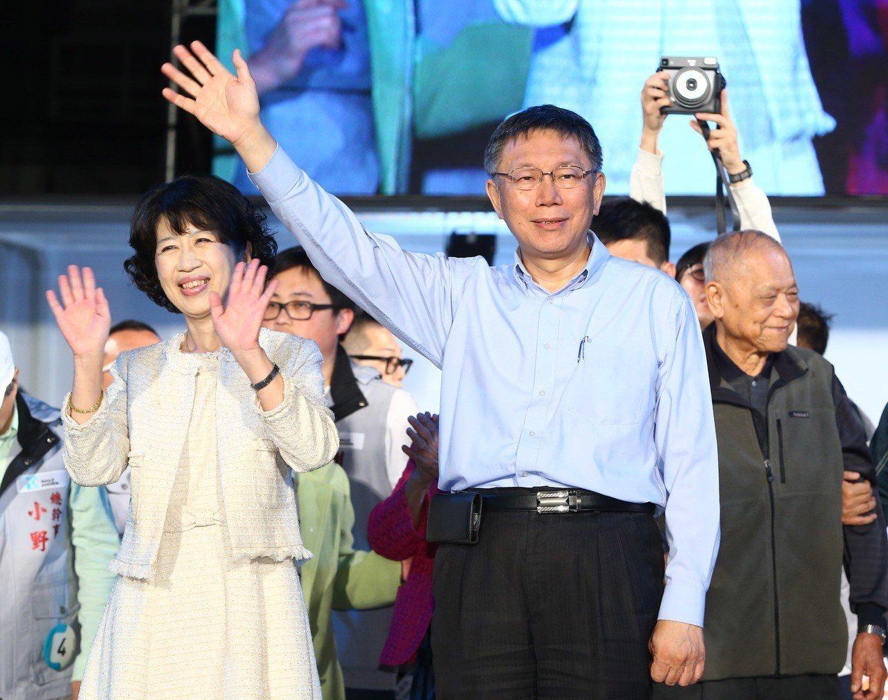 台北市長柯文哲勝選後振臂高揮。記者陳柏亨/攝影