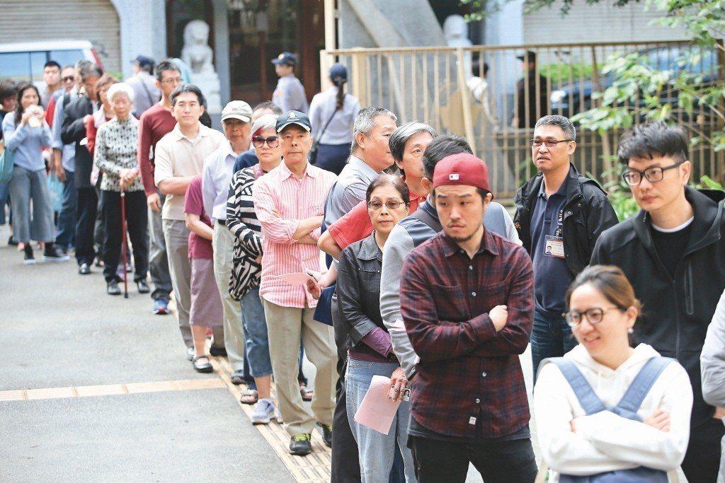 本次選舉綁公投導致投票速度緩慢,民眾神情無奈。 記者蘇健忠/攝影