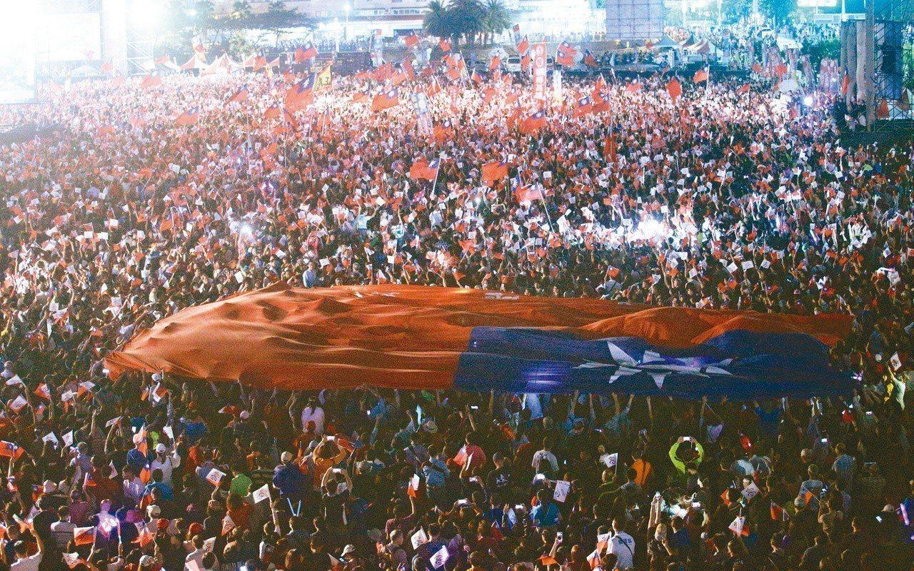 韓國瑜選前造勢之夜,一面大國旗在群眾中舞動,場面壯觀。圖/本報系資料照