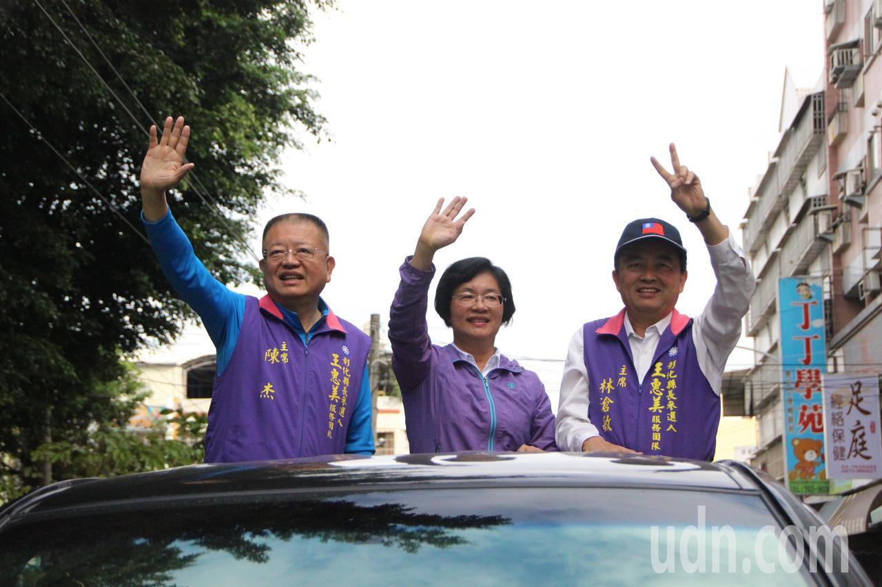 彰化新科縣長王惠美今天上午進行車隊拜票。記者林敬家/攝影