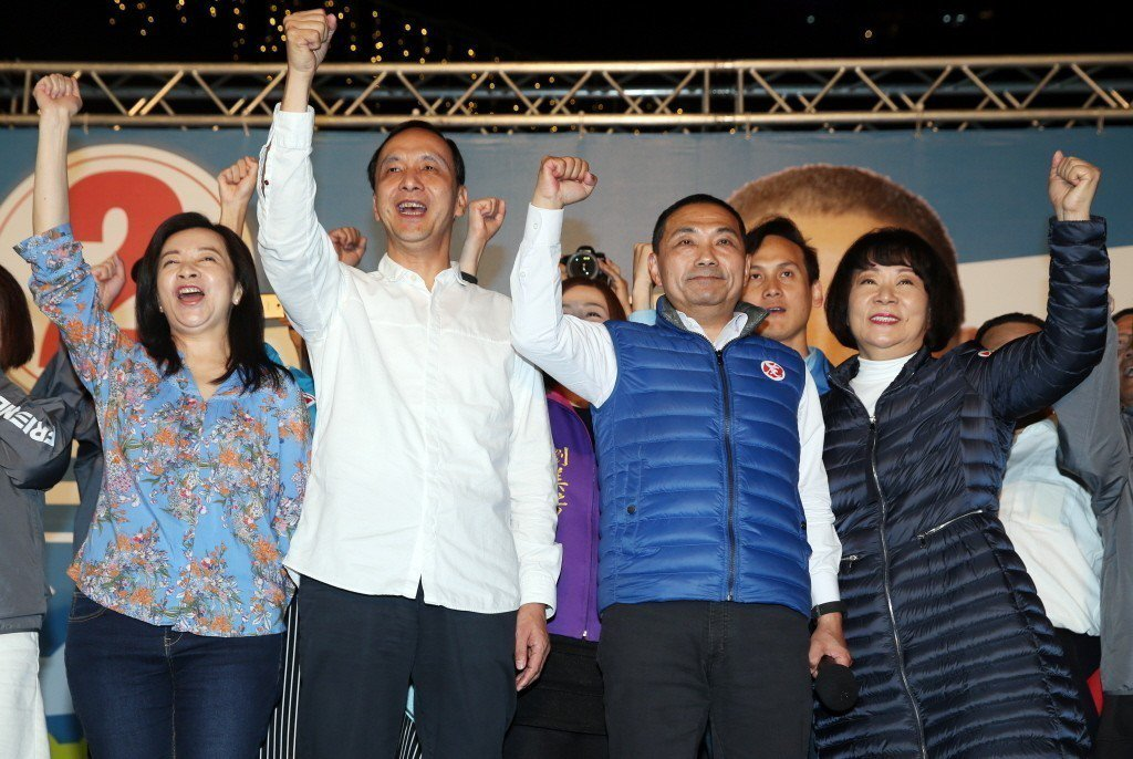 侯友宜當選新北市長後,與新北市長朱立倫夫婦等人一同上台高呼勝利口號。 記者杜建重...