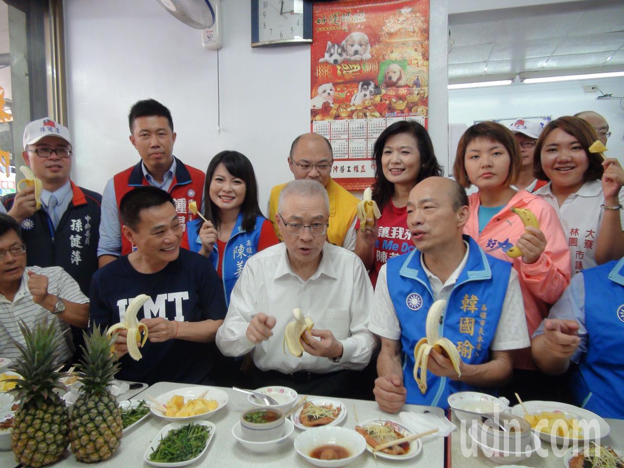 高雄市議會前議長許崑源(前排坐左二)有機會再重掌高雄市議會。圖/本報資料照片