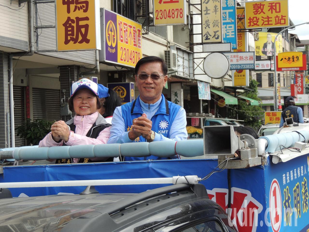 連任成功的南投縣長林明溱,上午和妻子陳麗珠展開全縣謝票。記者張家樂/攝影